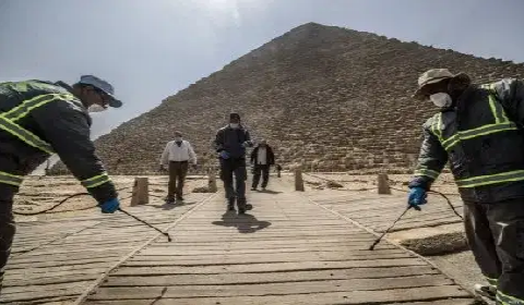 Egyptian workers at the Giza pyramid